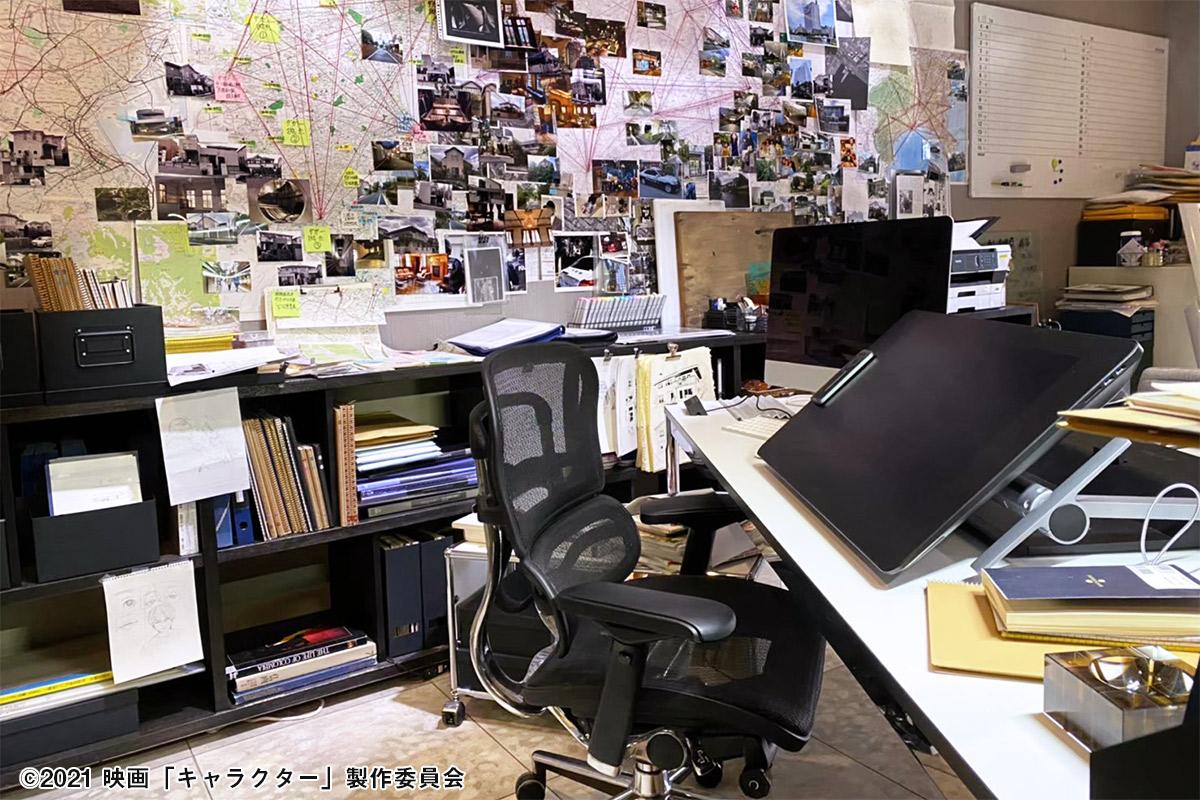 映画「キャラクター」セット写真:山城の仕事部屋